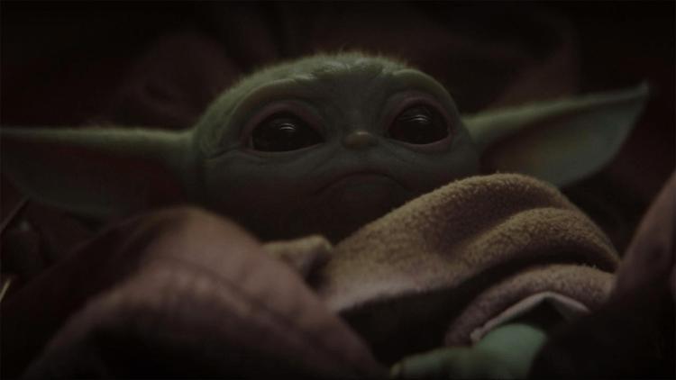 在《曼達洛人》首集尾聲,出現了像是尤達的生物。