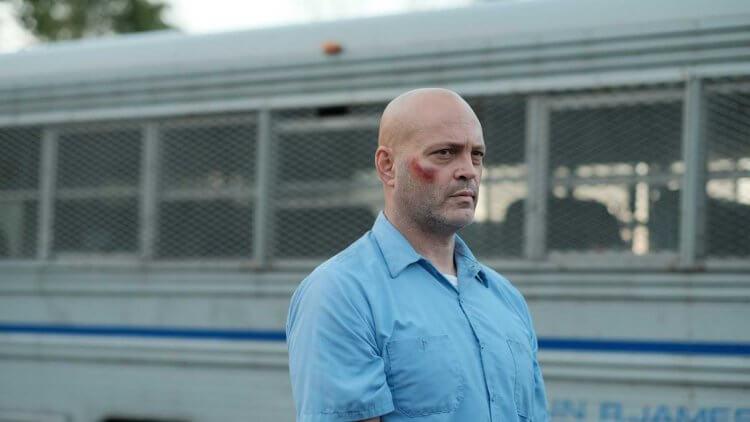 電影《99 號牢房的賽局》裡的文斯沃恩。