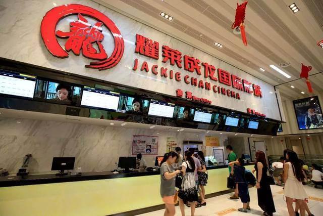 位於北京的耀萊成龍國際影城隨處可見標示成龍品牌的 logo。