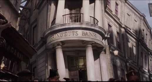 《哈利波特》魔法世界中唯一的巫師銀行,正是由哥布林掌管,外表歪歪斜斜的古靈閣銀行。