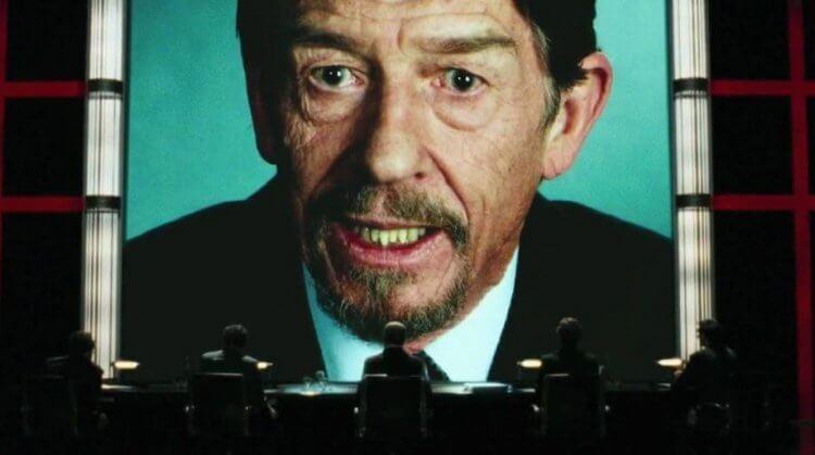 由當時還是兄弟的華卓斯基姊妹撰寫的《V 怪客》電影內容,讓反抗的對象影射了現實中的獨裁領袖。