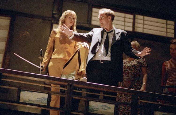拍攝動作電影《追殺比爾》時的導演昆汀塔倫提諾與主演鄔瑪舒曼。