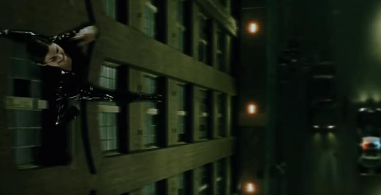 在電影《駭客任務》中飾演崔妮蒂 (Trinity) 的凱莉安摩斯沒有武打背景,格鬥場面卻親自上陣