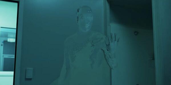 2020 年,雷沃納爾執導的《隱形人》。