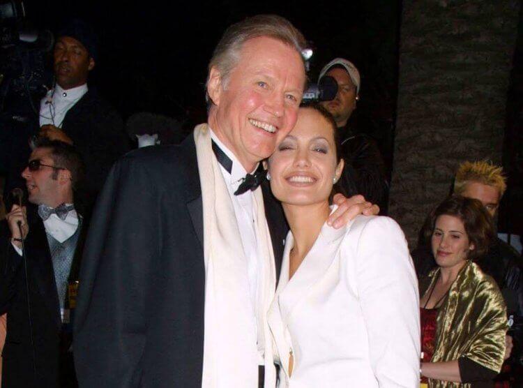 裘莉父親強沃特 (Jon Voight) 曾致電蘭辛,希望她不要用自己的女兒擔任蘿拉這名角色。