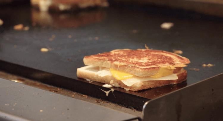 強法夫洛在 Netflix 網飛上的美食新節目《主廚名人齊做菜》也要來個起司多多的烤土司。