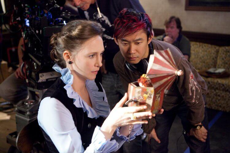 《厲陰宅》拍攝現場的溫子仁導演與飾演羅琳華倫的薇拉法蜜嘉。