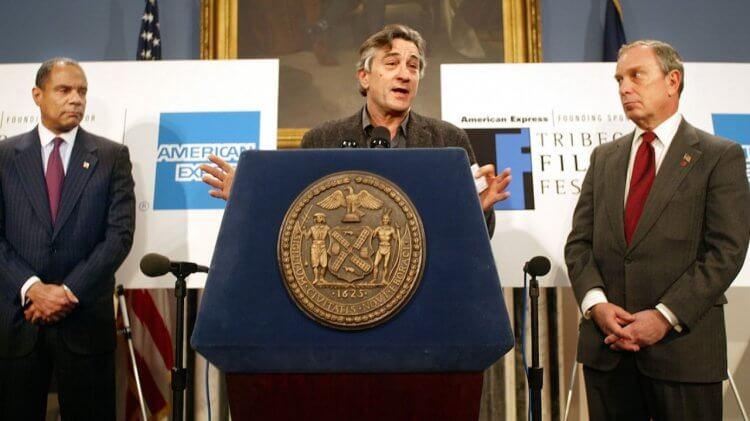 經過 120 天奔走努力,2002 年首屆翠貝卡電影節舉行,圖為記者會上的勞勃狄尼洛。
