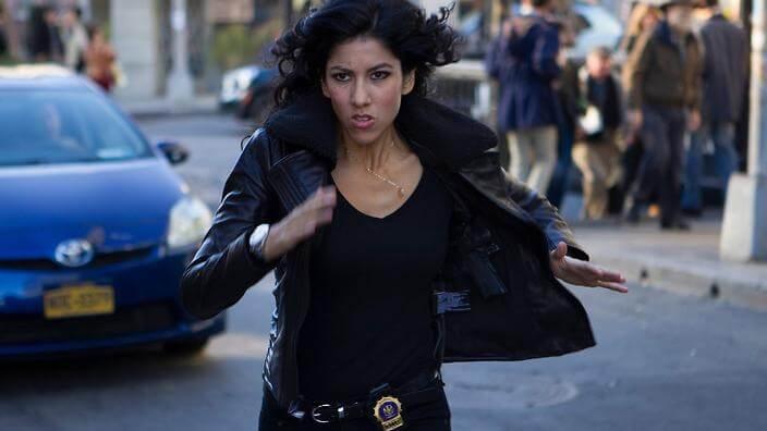 熱門人氣影集《荒唐分局》中,酷帥的冷面笑將,由史蒂芬妮碧翠絲飾演的警探羅莎。