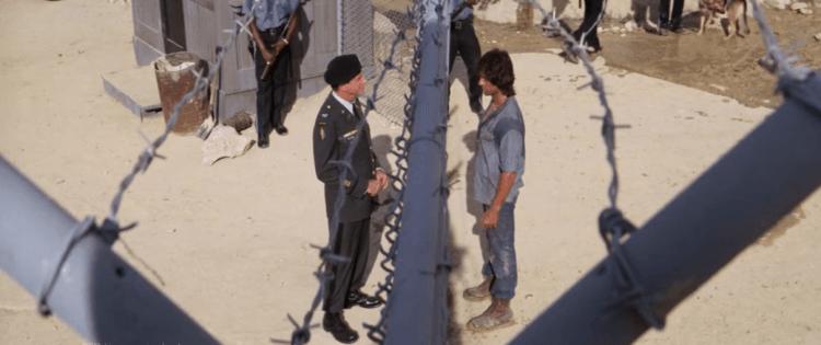 《第一滴血續集》電影開頭,在獄中的藍波與前主管的對話,已是史特龍調整過卡麥隆劇本後的呈現模樣。