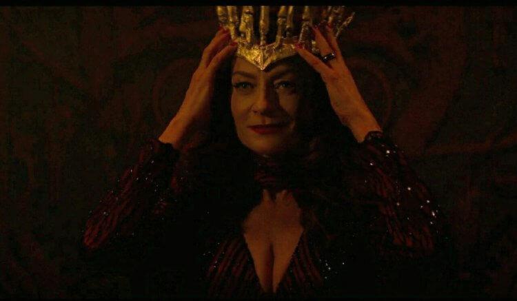 Netflix 青春魔幻女巫影集《莎賓娜的顫慄冒險》中飾演莉莉絲的蜜雪兒高梅茲,在劇中已是地獄之后。