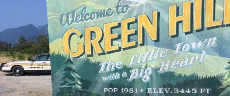 《音速小子》真人電影的場景設定在虛構的「綠丘鎮」,向初代《音速小子》遊戲「綠丘關」致敬。