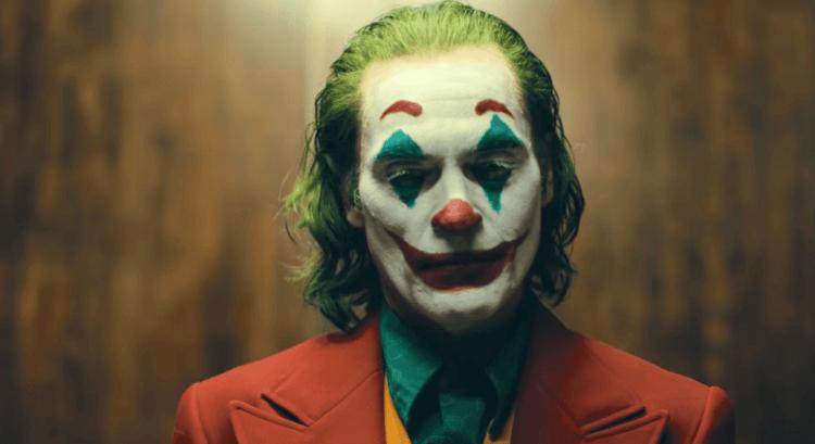 陶德菲利普斯執導、瓦昆菲尼克斯主演的《小丑》大放異彩,成為影史第一部票房破 10 億美元的 R 級電影。