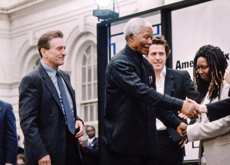 南非人權鬥士曼德拉受勞勃狄尼洛之邀於首屆紐約翠貝卡電影節站台致詞。
