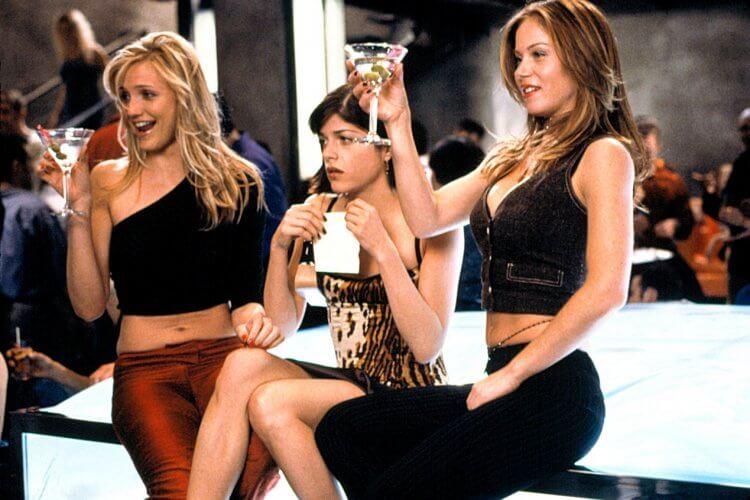 卡麥蓉狄亞、莎瑪布萊兒與克麗絲汀娜雅柏蓋特在《甜姐不辣》的演出畫面。