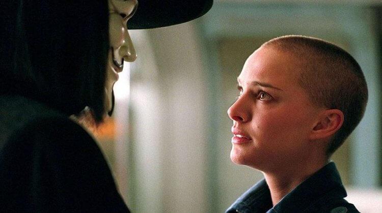 《V 怪客》電影中,由娜塔莉波曼飾演的艾薇 (Evey)。