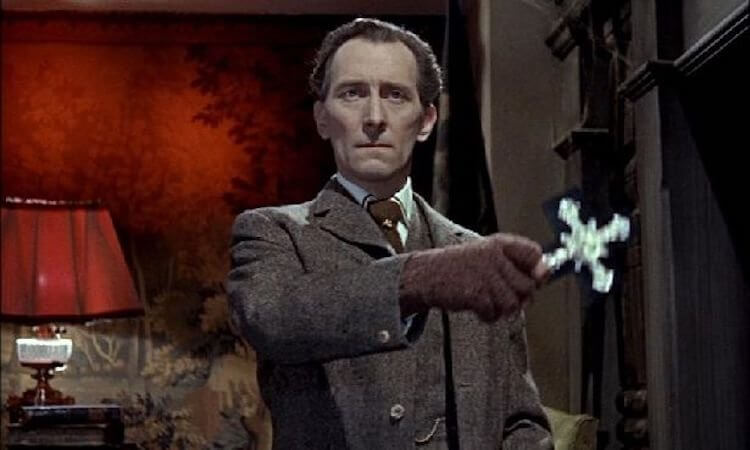 飾演《星際大戰》塔金總督的彼得庫辛 (Peter Cushing) 也是出演眾多其他經典系列電影的演員。