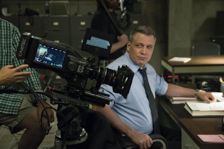 霍特麥卡蘭尼(Holt McCallany)飾演老練卻得面對工作與家庭撕裂的探員「比爾坦區」