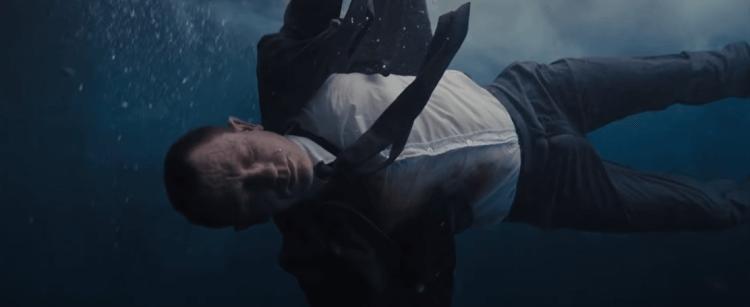 《007:空降危機》丹尼爾克雷格飾演的龐德在開場時中槍墜河,被認定死亡。