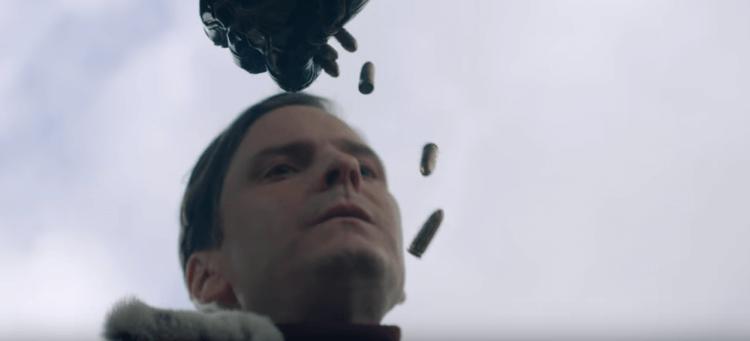 曾在《美國隊長 3:英雄內戰》露面、由丹尼爾布爾飾演的齊莫也在這個預告中現身。