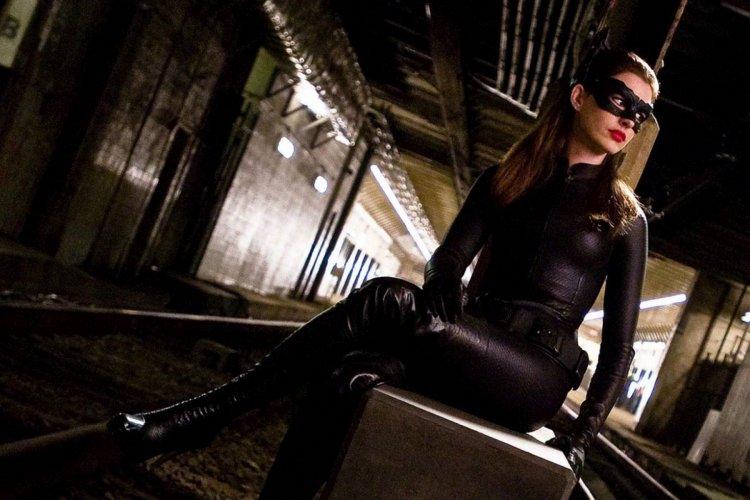 安海瑟薇在諾蘭版本的蝙蝠俠——《黑暗騎士:黎明昇起》中飾演貓女。