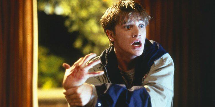 戴文沙瓦在 1999 年萬聖節電影《魔掌》中,飾演右手被邪靈控制的可憐大學生。
