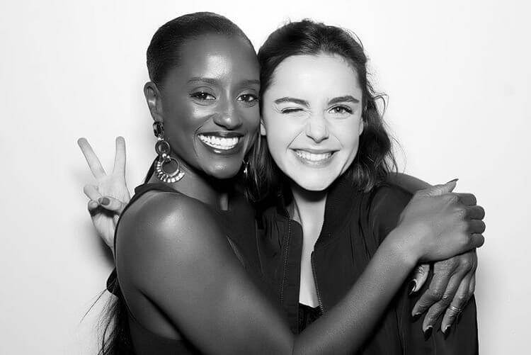 Netflix 青春魔幻女巫影集《莎賓娜的顫慄冒險》的主演琪蘭席普卡,與第三季新加入的演員絲凱馬歇爾。