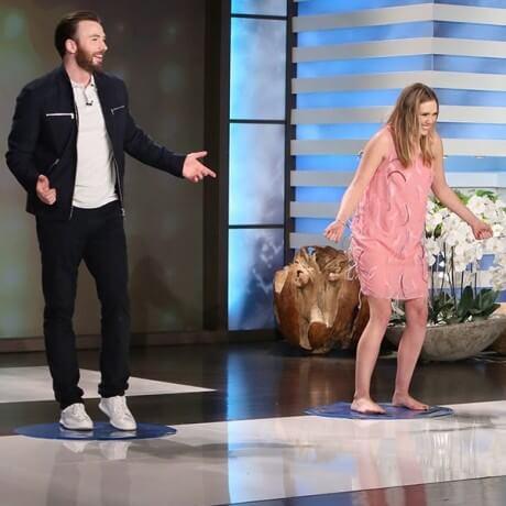 克里斯伊凡與伊莉莎白歐森在《艾倫愛說笑》的節目裡打趣地宣稱他們已經秘密交往三年了。