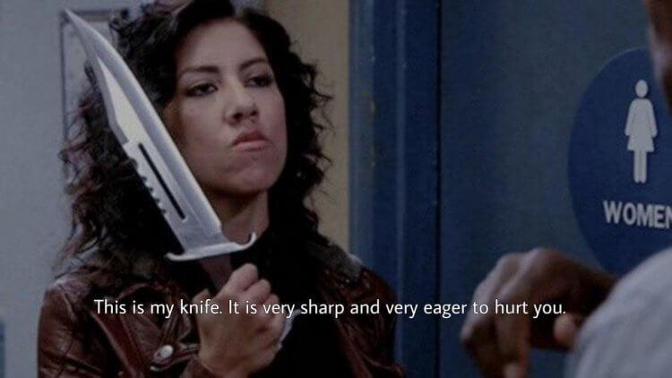 影集《荒唐分局》裡「羅莎」史蒂芬妮碧翠絲與她亮晃晃的大刀。