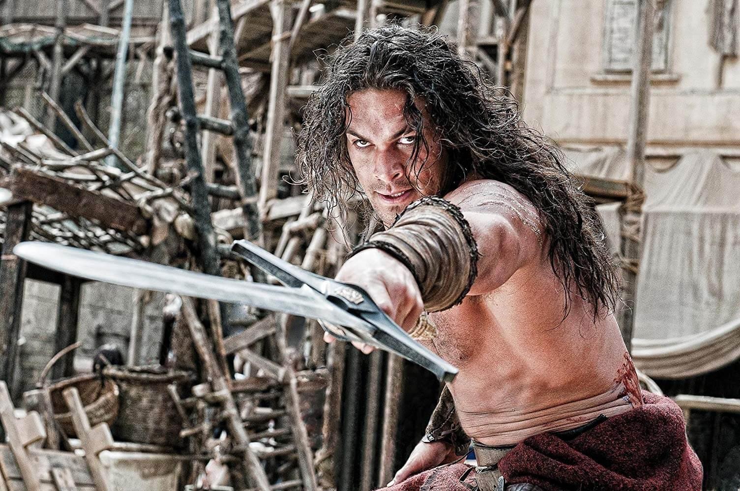 傑森摩莫亞演出電影《王者之劍》。
