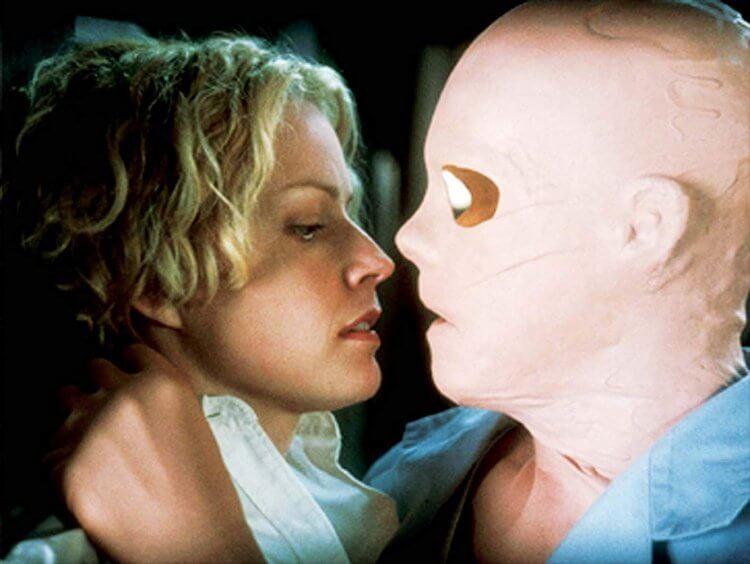 2000 年由保羅范赫文執導的《透明人》。