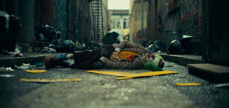 若觀賞《小丑》時你聯想的越多,這兩個小時中便會不停感受到電影帶出來的黑暗。