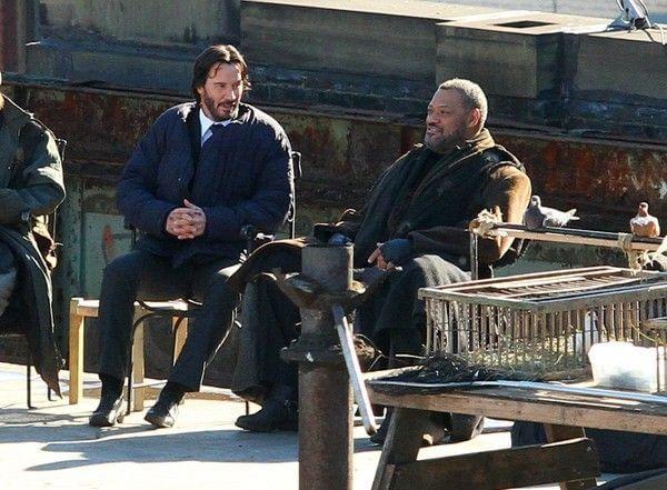 在《捍衛任務》片場裡的基努李維與勞倫斯費許朋。