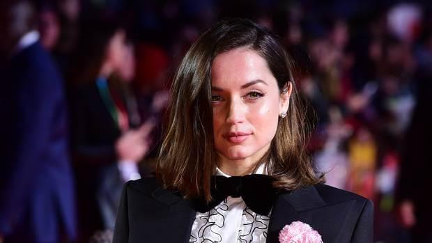 日前以英挺西裝出席倫敦電影活動中《峰迴路轉》首映活動的古巴影星安娜德哈瑪斯 (Ana de Armas)。