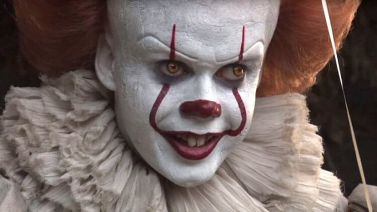 《牠:第二章》(IT Chapter Two) 中由比爾史柯斯嘉飾演的邪惡小丑潘尼懷斯。