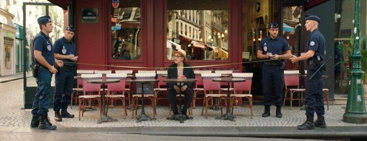 電影《導演先生的完美假期》伊利亞蘇萊曼在旅途時常遇到怪奇事件。