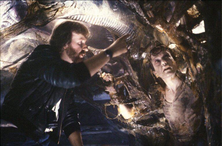 詹姆斯卡麥隆(James Cameron) 執導《異形2》(Aliens) 。