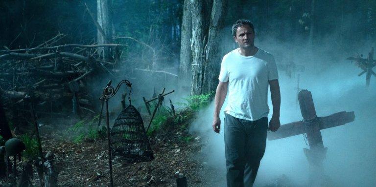 改編史蒂芬金 (Stephen King) 恐怖小說《禁入墳場》(Pet Sematary) 重啟版電影劇照,爸爸的行為造成後續一連串悲劇。