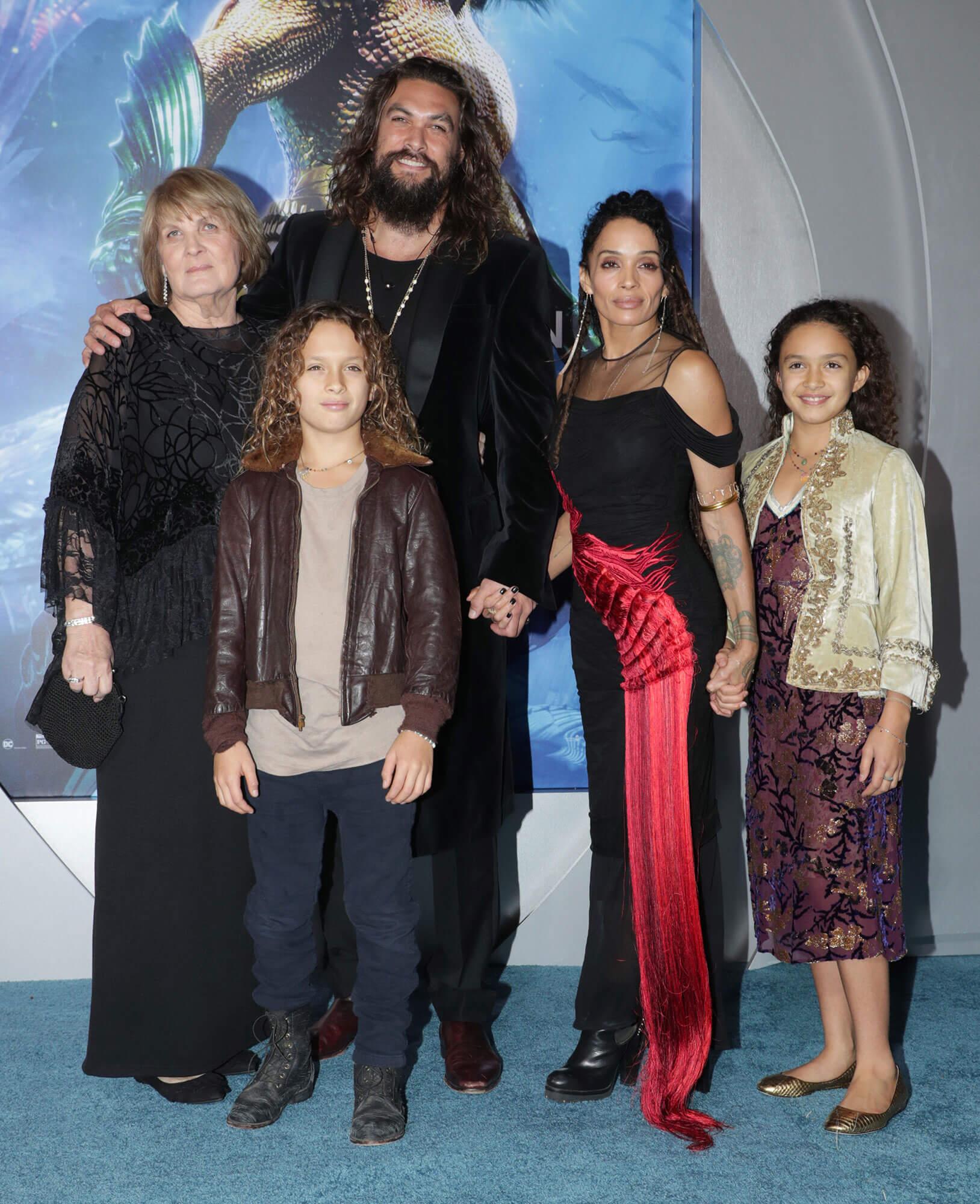 「水行俠」傑森摩莫亞與愛妻麗莎波奈及家人合影。