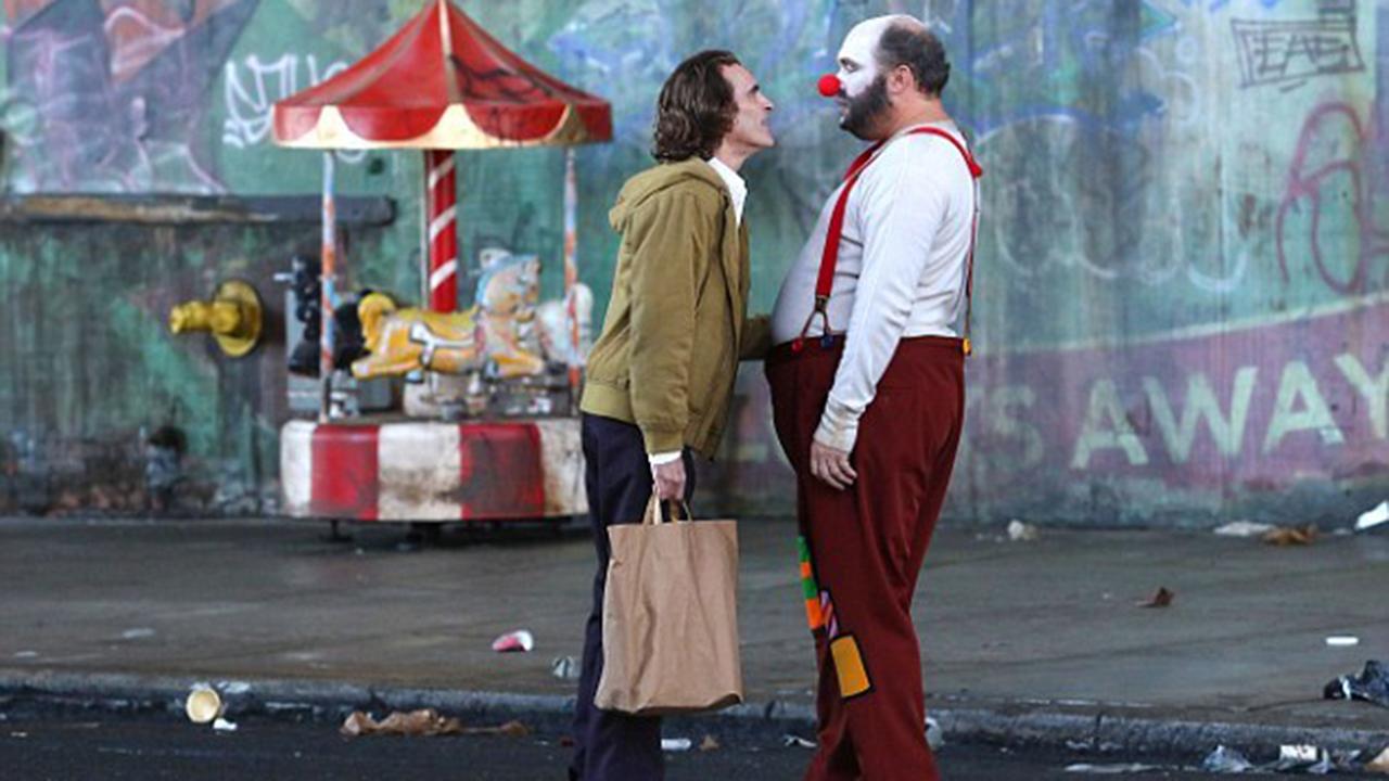 犯罪之王,誕生!華納正式公開瓦昆版《小丑》完整卡司陣容首圖