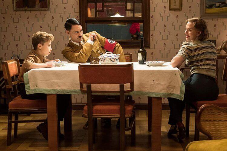 《兔嘲男孩》男孩喬喬(羅曼格里芬戴維斯 飾) ,幻想朋友希特勒(塔伊加維迪提 飾)以及母親(史嘉蕾喬韓森 飾)。