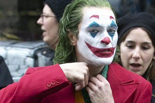 導演陶德菲利普斯曾表示《小丑》並沒有參考原著,想要專注在呈現亞瑟佛萊克這個角色。