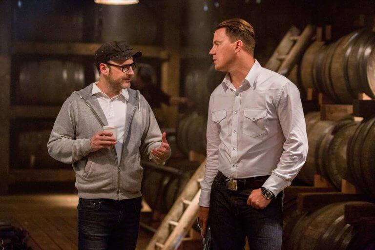 《金牌特務 2》片場花絮照中的馬修范恩 (左) 與 查寧塔圖 (右)。