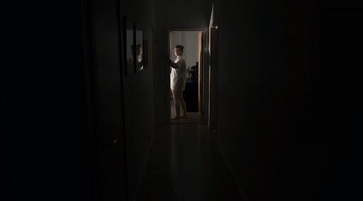 大衛 F 桑德柏格 2013 年短小精悍的恐怖短片《鬼關燈》(Lights Out) 獲獎無數,最後拍成同名長片。