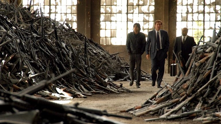 2005 年的《軍火之王》(Lord of War) 電影中有著大量的槍枝,數量真的有夠多。—電影神搜
