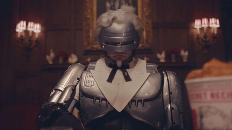 在電視廣告中 COSPLAY 成「肯德基爺爺」桑德斯上校的機器戰警。