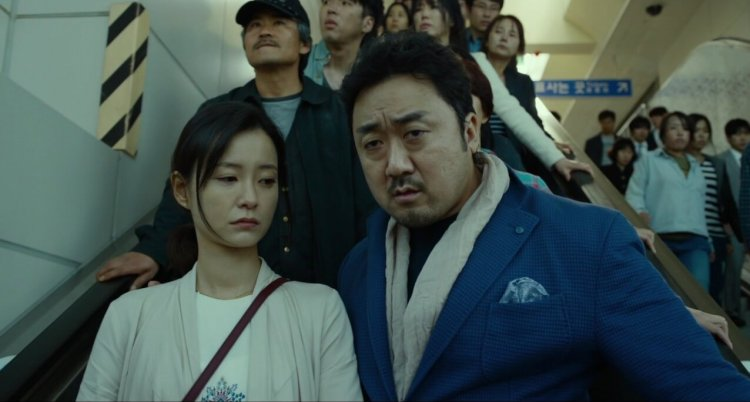 南韓首部活屍電影《失速列車》講述遭受殭屍襲擊的乘客,如何在人性中存活。