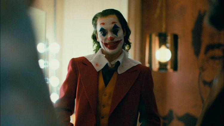 他永遠、永遠對著你笑,讓你坐立難安!《小丑》全新終極預告瘋狂登場首圖