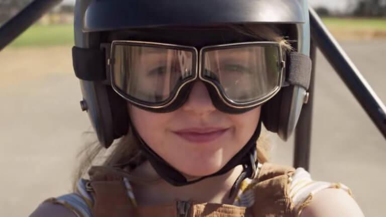 麥肯娜葛瑞絲在《驚奇隊長》飾演年幼版的卡蘿丹佛斯。