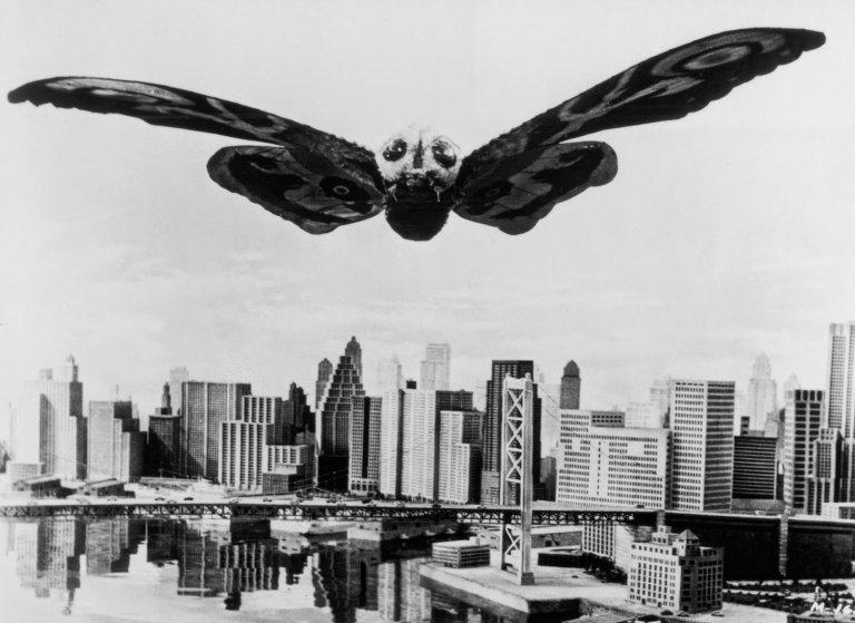 1961年誕生的《摩斯拉》因為是日美合資,拍攝時也遭遇許多「追加畫面」。
